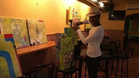 Marie Ngom preparant exposició